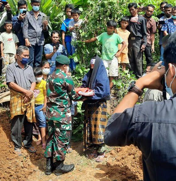 Anggota TNI Pratu Martinus Sinurat Yang Tewas Ditembak Oknum Polisi Berpangkat Bripka Dimakamkan Secara Militer