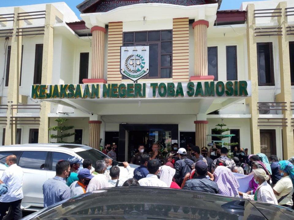 Warga Motung Demo Di Depan Kejaksaan Dan PN Balige