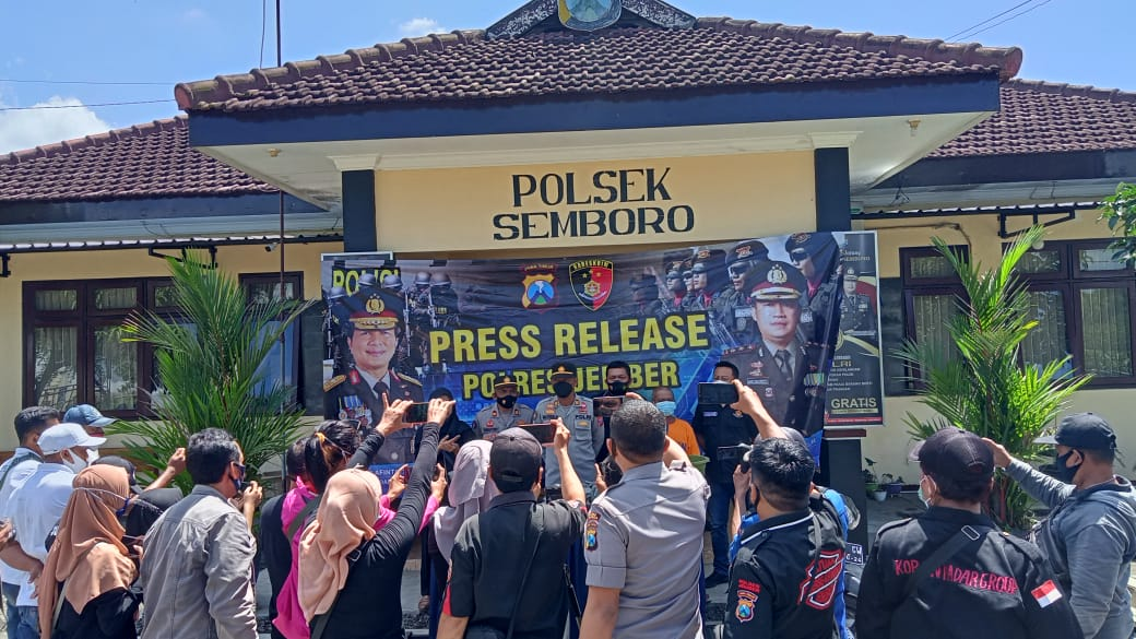 Polsek Semboro Press Release Ungkap Bahan Peledak seberat 6 Kg.  Polsek Semboro Polres Jember melaksanakan Press Release ungkap kasus penyalahgunaan bahan peledak yang