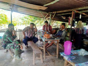 Antisipasi Karhutla, Babinsa Sosopan Aktif Komsos Kepada Petani dan Warga