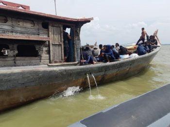 Patroli TNI AL Tangkap Kapal Angkut 46 Orang PMI Ilegal