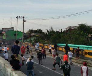 Dua Kelompok Pemuda Medan Labuhan Tawuran Pecahan Botol Berserak di Tengah Jalan