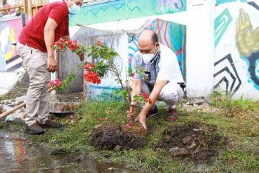 Bupati Taput dan Ketua DPRD Turun Gotroy Bersihkan Lokasi Food Court Tanggul Aek Sigeaon