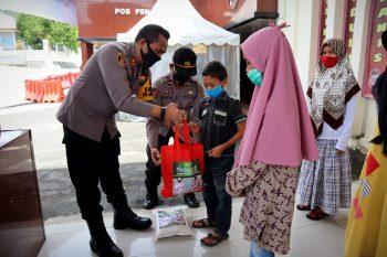 Kapolres Taput Serahkan Bantuan Kapoldasu Renovasi Masjid dan Santuni Anak Yatim