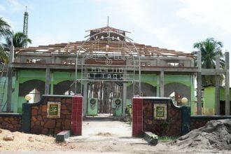 Danrem 143/HO Serahkan Bantuan Renovasi Masjid Rp155 Juta