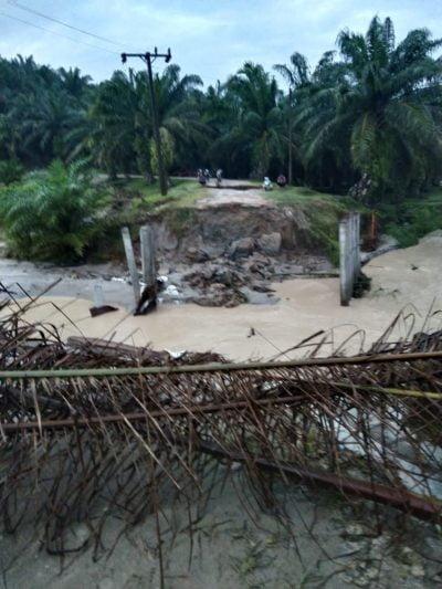 Titi Golkar Penghubung Sei Kopas Mandoge Rubuh Diterjang Banjir
