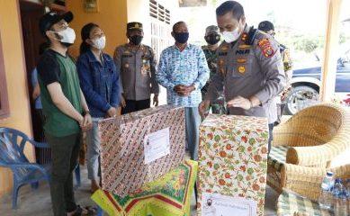 PPKM di Taput, Kapolda Sumut Berikan Kado kepada Sepasang Pengantin