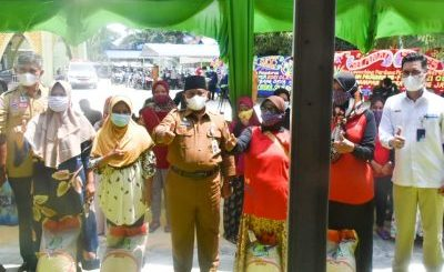 Bupati Kampar Salurkan Bantuan Beras Terdampak PPKM di Desa Kubang Jaya Siak Hulu