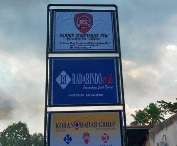 Dewan Pembina Bersama Ketua RCW Asahan Hadiri Pemasangan Plang KORAN RADAR GROUP