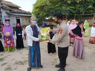 Binmas Polres Lamsel Berikan Sembako di Ponpes Darul