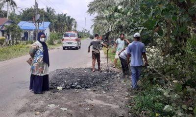 PTPN III Kebun Huta Padang Lakukan Penimbunan Jalan Berlubang