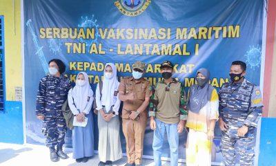 Tim Nakes TNI AL Vaksinasi Siswa SMA dan Warga Tanjung Mulia Hilir Medan